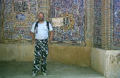 Med American Urban Camo i Nasir ol-Molk moskeen i Shiraz
