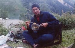 Frederik Rostrup under hyggelig fællesspisning på campingen i Zinal