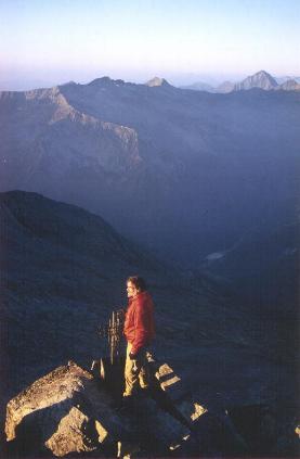 Erik nyder de første solstråler på Joderhorn mens Macugnaga endnu ligger i dæmring.