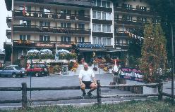 Webmasteren foran Hotel Primavera, Saas Grund