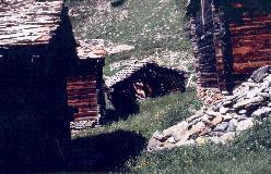 I den nedre del af Täschalp står de gamle stalde fortsat