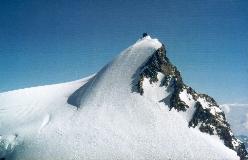 Margheritahytten ses som en stor blok på toppen af Signalkuppe, her set fra Parrotspitze NE-grat