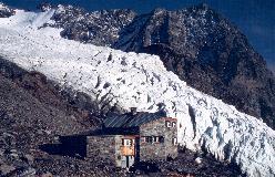 Domhütte ligger lige på kanten af Festigletscherens store isfald