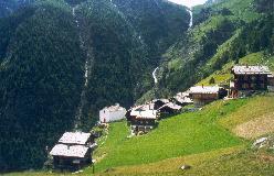 Jungu er beliggende på nærmest utilgængelige terrasser højt over Mattertal