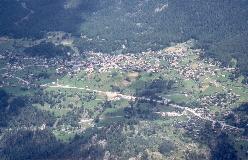 På en solbeskinnet terrasse højt over Mattertal ligger Grächen, set fra Jungu. I nederste højre hjørne Niedergrächen.