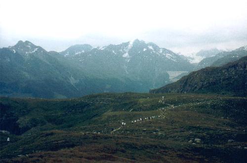 Som en lang slange bevæger bjergløbet Thyon-Dixence sig gennem landskabet