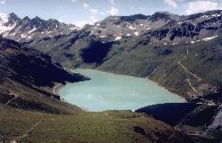 Den opdæmmede Lac Moiry, set under nedstigning fra Col de Sorebois