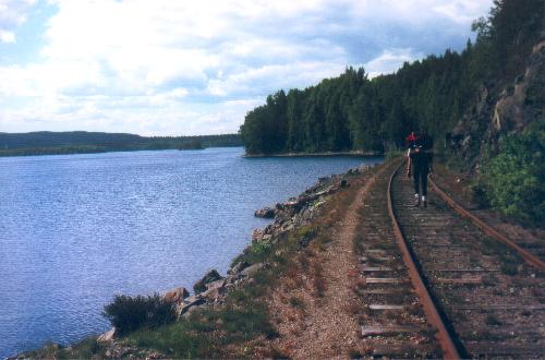 Ad den gamle jernbane til Svanskog vandrer vi langs Ömmeln.