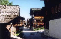 De gamle bevarede staldbygninger og træhytter er karakteristisk for Zinal