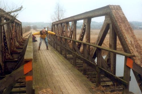 Ved Kävlingeån krydser man den gamle jernbanebro for at nå frem til Revingeheden ved Krankesjön.