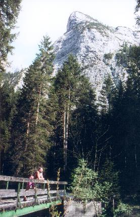 Halvvejs op gennem Reintal begynder de imponerende bjerge at træde frem