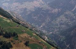 Schalb og Embd hænger på bjergsiden over Mattertal. Foto: Ueli Raz.